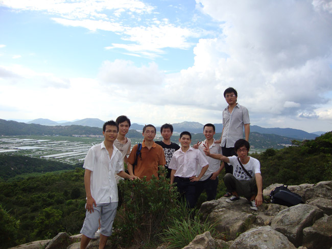 山顶上几人的合照