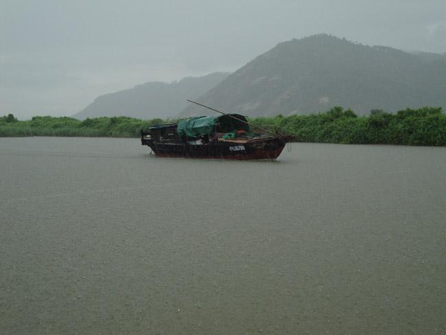 河中的渔船